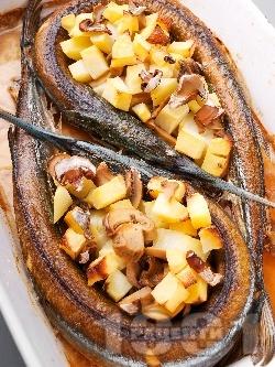 Печена риба зарган с картофи и гъби печурки на фурна - снимка на рецептата